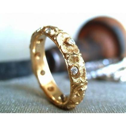 Picture Luxurious gold ring with diamonds and engraved roses