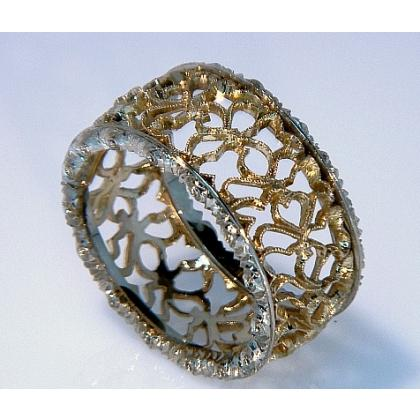 Picture Gold ring with lace